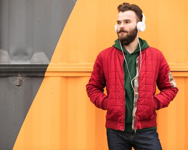 Coup moyen avec veste rouge à la recherche de suite
