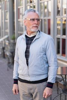 Coup moyen vieil homme à l'extérieur