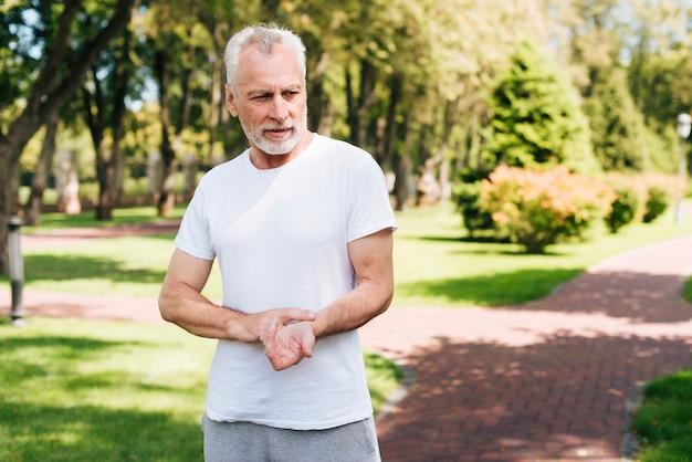 Coup moyen vieil homme mesurant son pouls