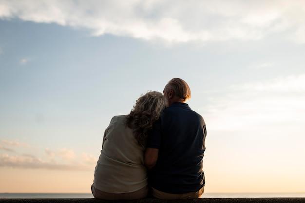 Coup moyen vieux couple romantique