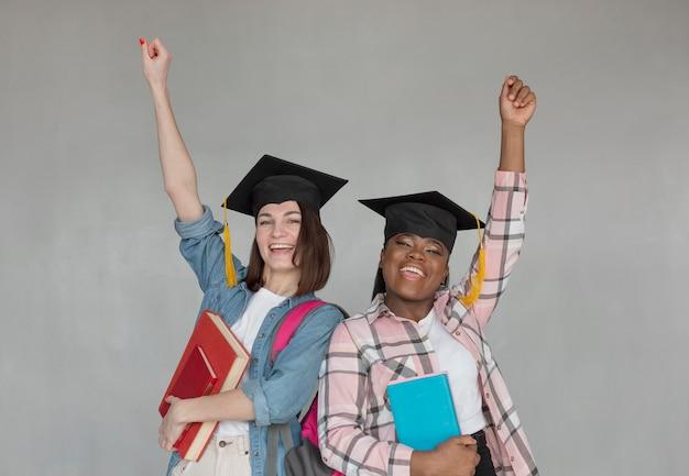 Coup moyen woment portant des casquettes de graduation