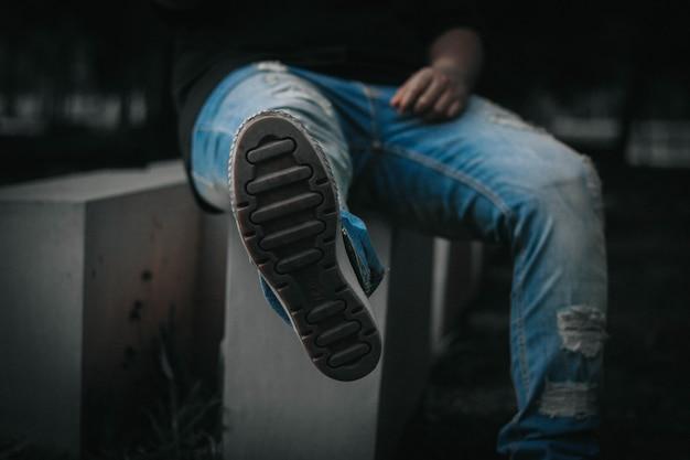 Coup de pied avec un jean denim
