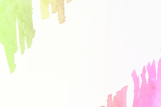 Coup de pinceau aquarelle vert et rose sur fond blanc