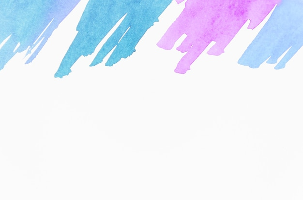 Coup de pinceau bleu et rose isolé sur fond blanc