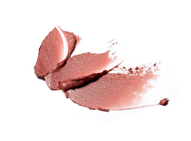 Coup de pinceau de rouge à lèvres brun isolé sur blanc