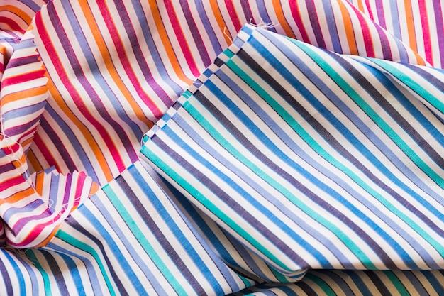 Coup plein cadre de tissu à motifs de rayures colorées