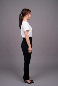Coup de pleine longueur de jeune femme asiatique debout