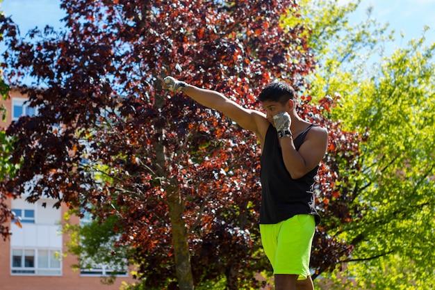 Coup de poing sur la boîte d'entraînement de combat de gros plan sur l'entraînement. portrait de boxe homme athlète. avec espace copie