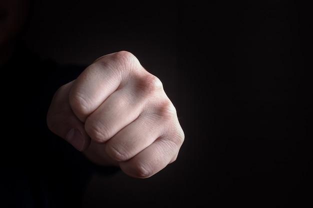 Coup de poing main sur fond noir