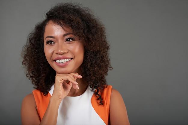 Coup de poitrine d'une dame asiatique posant avec sa main au menton