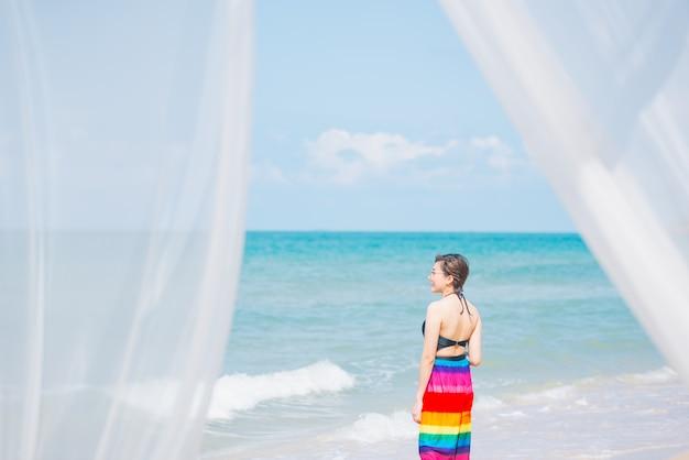 Coup de rideaux blancs sur la mer de sable, concept de vacances d'été.