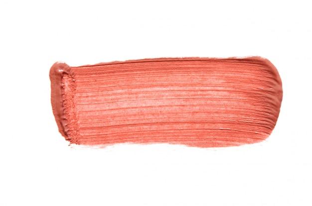 Coup de rouge à lèvres isolé sur blanc