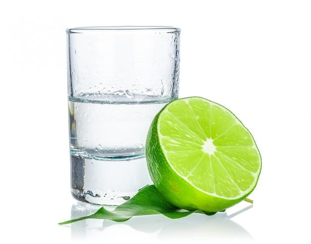 Coup de tequila avec une rondelle de citron vert