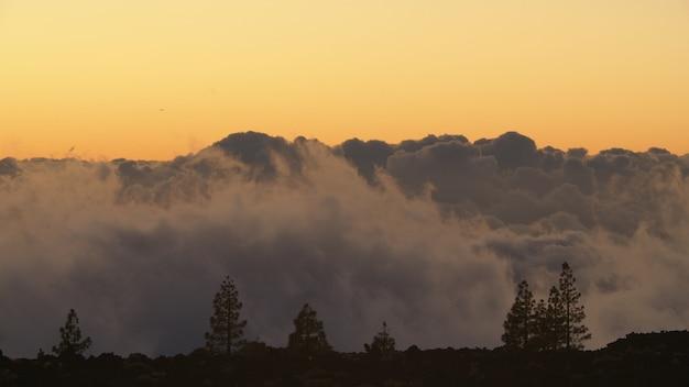 Coup de timelapse de scène de coucher de soleil de transformation de nuages de tas