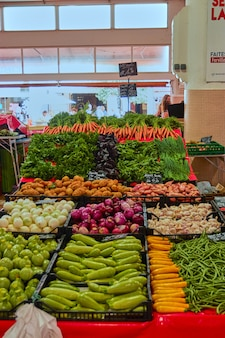 Coup vertical du bazar plein de légumes différents