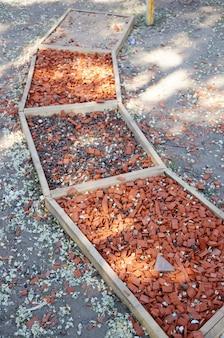 Coup vertical de pièces de matériau dans des boîtes en bois