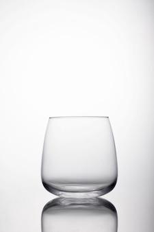 Coup vertical de verre pour l'eau sur une surface réfléchissante