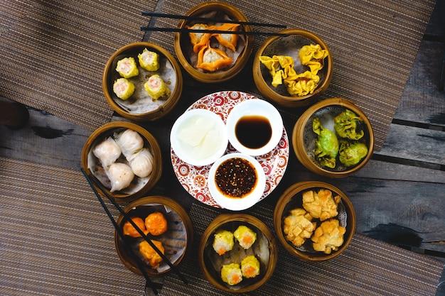 Coup vibrant de festins sur des petits pains chinois cuits à la vapeur et frits