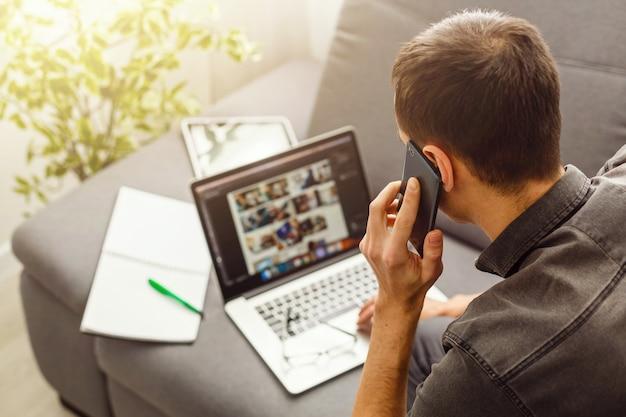 Coup de vue de côté d'un homme mains à l'aide de téléphone intelligent à l'intérieur
