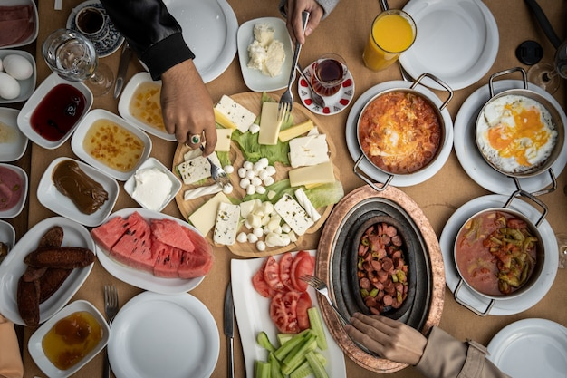 Coup de vue de dessus de table avec de la nourriture délicieuse sur la table.