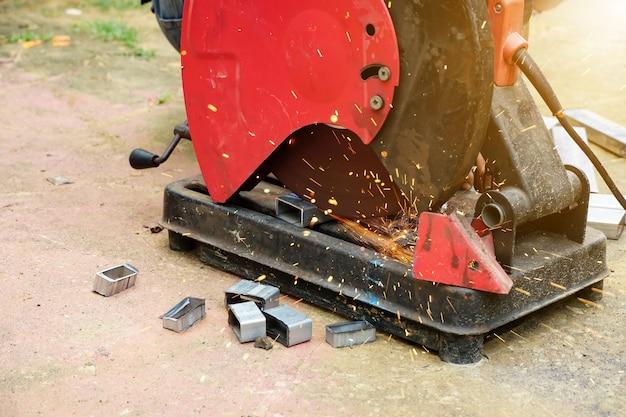 Coupe d'un acier avec des éclaboussures d'étincelles au chantier de construction
