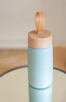 Coupe en aluminium écologique réutilisable sous vide à retirer sur une table en bois avec un reflet dans le miroir. zero gaspillage.