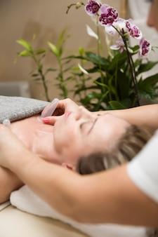 Coupe appliquée sur la peau d'une patiente dans le cadre de la méthode traditionnelle de thérapie par ventouses