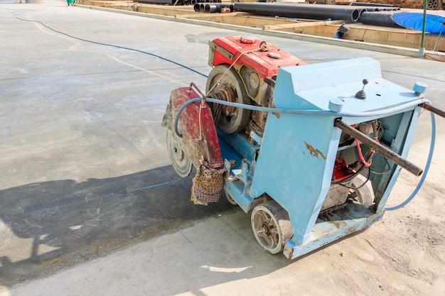 Coupe de l'asphalte ou du béton avec machine