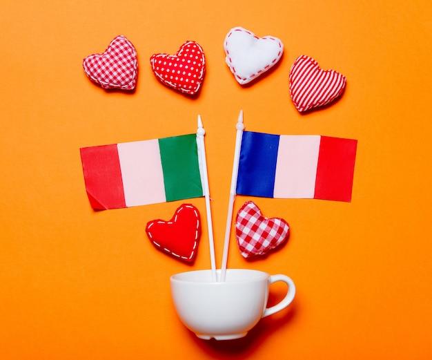 Coupe blanche et formes de coeur avec des drapeaux france et italie