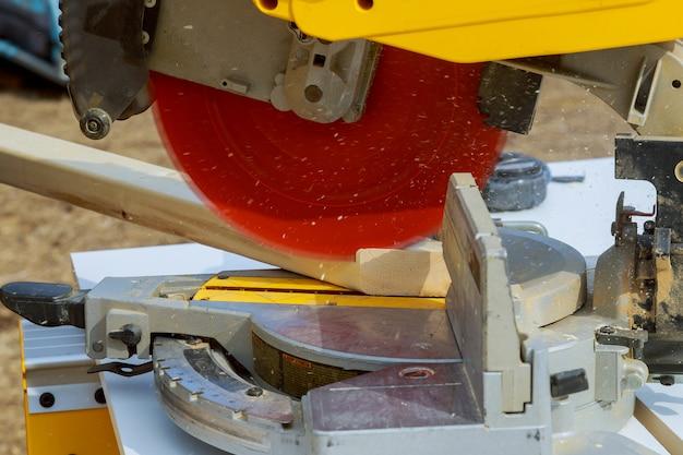 Coupe de bois avec scie circulaire