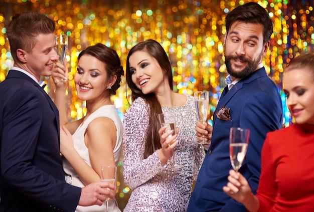 Une coupe de champagne améliore leur humeur