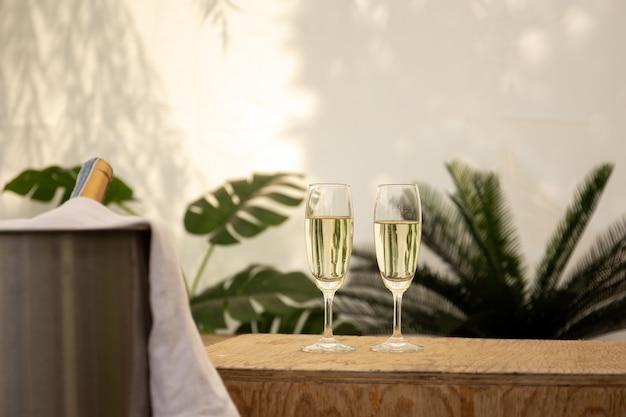 Coupe de champagne avec du champagne sur une table en bois.