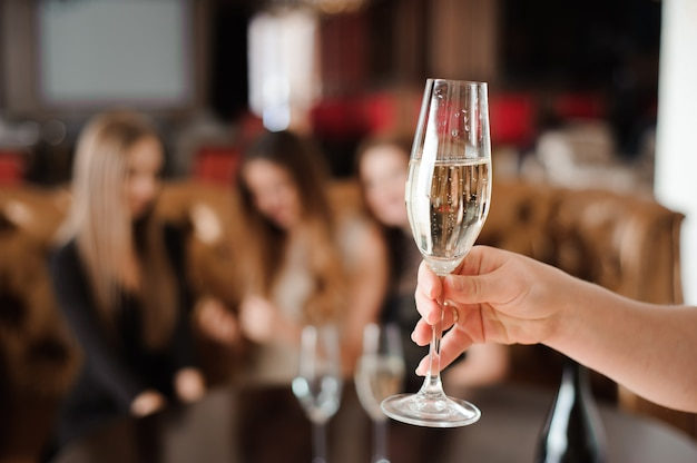 Coupe de champagne sur le fond d'amis lors d'une fête