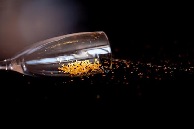 Coupe de champagne sur fond noir.