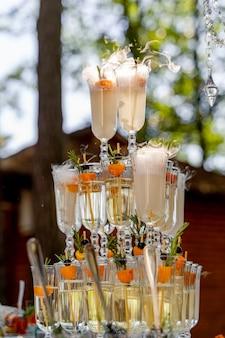 Coupe de champagne pour un événement ou une cérémonie de mariage. pyramide de verres de champagne pour célébrer en fête avec arrière-plan flou. tour champenoise.