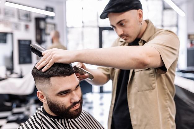 Coupe de cheveux classique dans un salon de coiffure. coiffure et soins capillaires courbes dans un salon de coiffure. coupe de cheveux pour hommes.