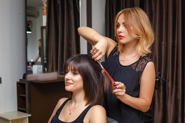 Coupe de cheveux dans le salon de beauté