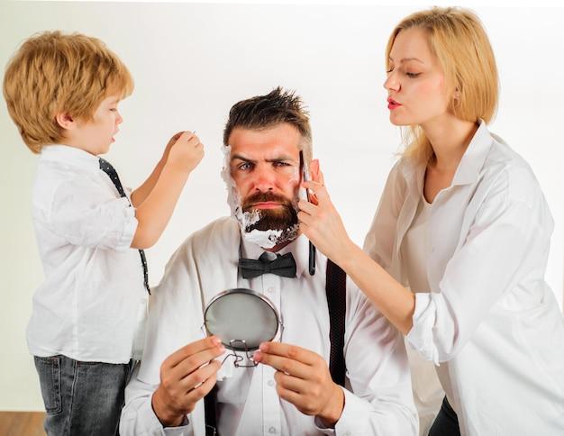 Coupe de cheveux familiale à la maison. soins de la barbe. beauté et soins personnels à la maison. assistante de papa.