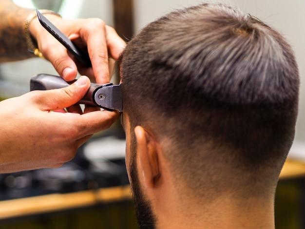 Coupe de cheveux en gros plan d'un homme