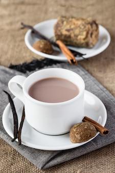Coupe de chocolat à la vanille et à la cannelle