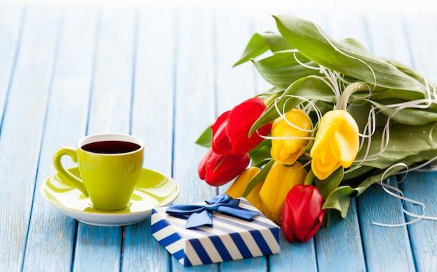 Coupe et coffret cadeau avec bouquet de tulipes