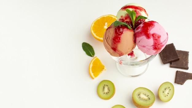 Coupe de crème glacée en verre avec des fruits