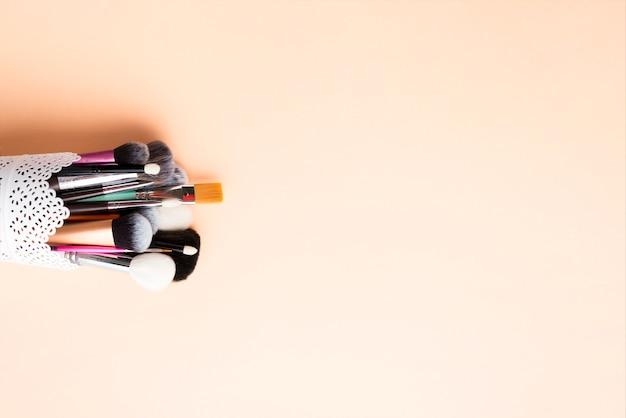 Coupe en dentelle avec des pinceaux de maquillage
