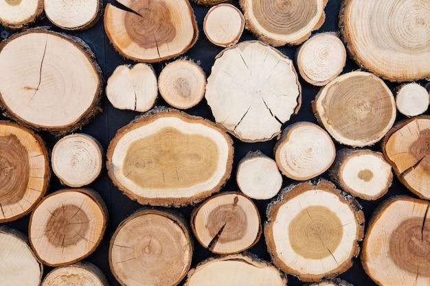 La coupe du bois est arrangée pour être le mur naturel