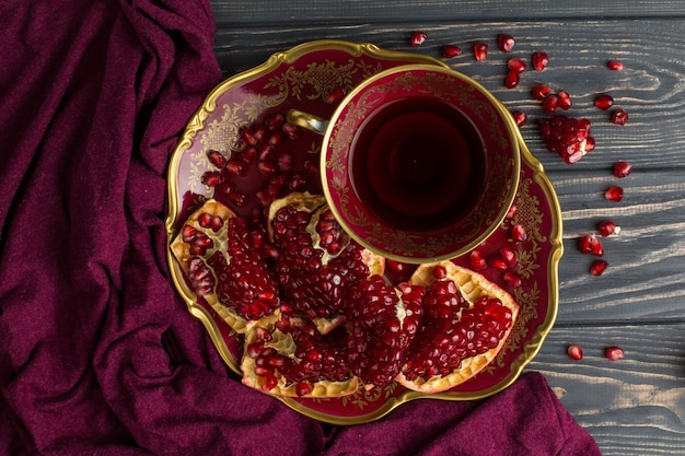 Coupe avec du jus rouge sur la table