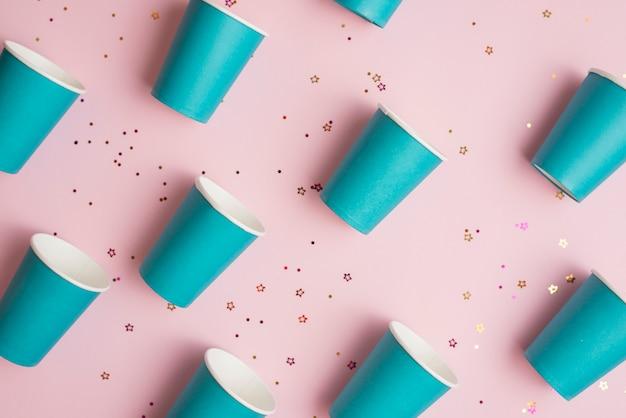 Coupe du papier vue de dessus avec des confettis d'or