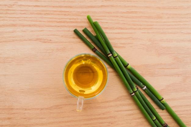 Coupe du thé avec bambou