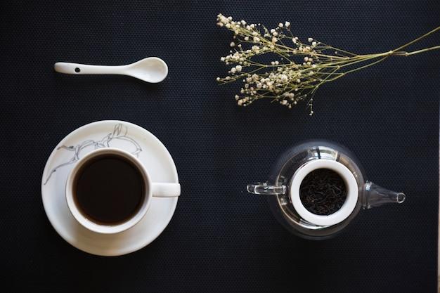Coupe du thé avec branche