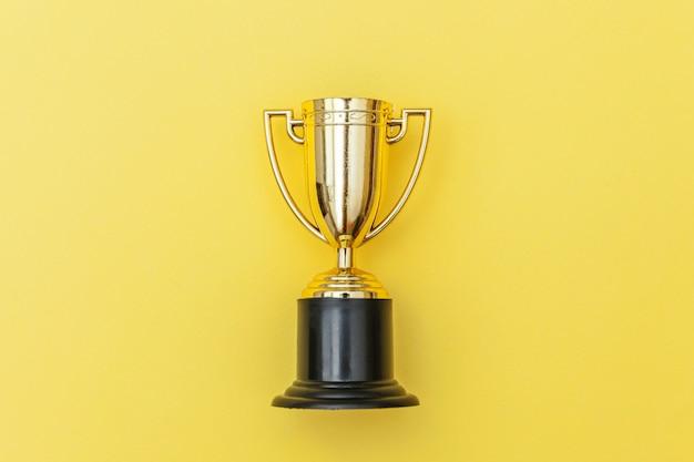 Coupe du trophée d'or isolé sur fond coloré pastel bleu