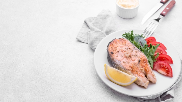 Coupe exotique tranche de saumon de fruits de mer vue haute copie espace